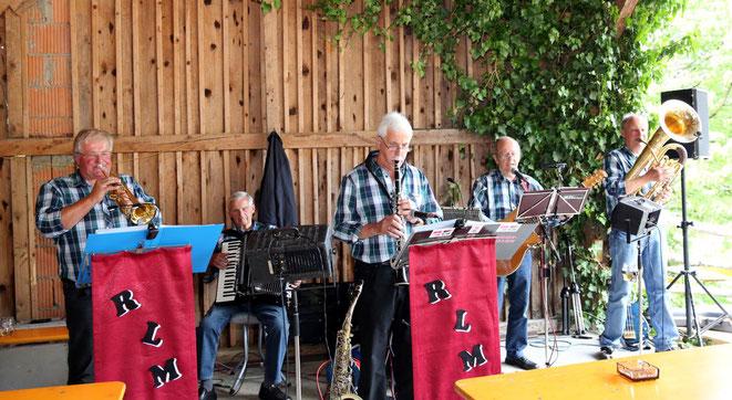"""die """"Radlacher Leit'nmusi"""" sorgte für Stimmung und gute Laune unter den Besuchern"""