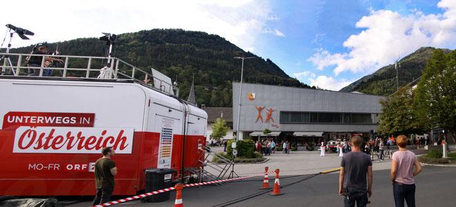 1 Std. vor Sendungsbeginn fanden sich schon viele Besucher am Hauptplatz ein