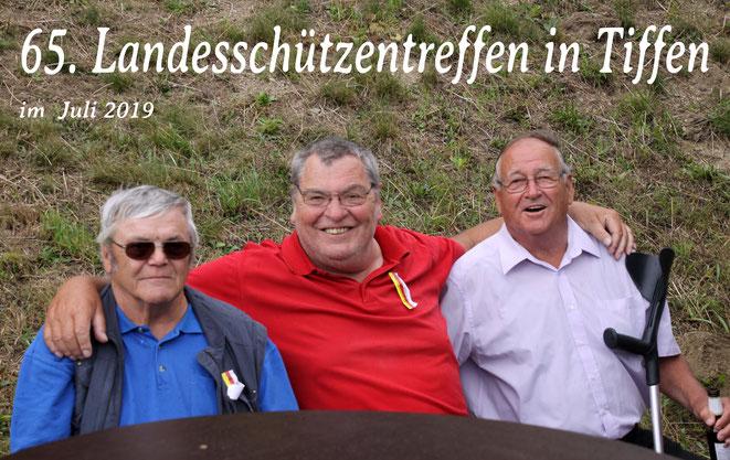 aber auch Schlachtenbummler aus Steinfeld waren vor Ort - im Bild: Hans Guggenberger - Fotograf Armin Petutschnig u. der ehemalige Fähnrich Andreas Wassermann