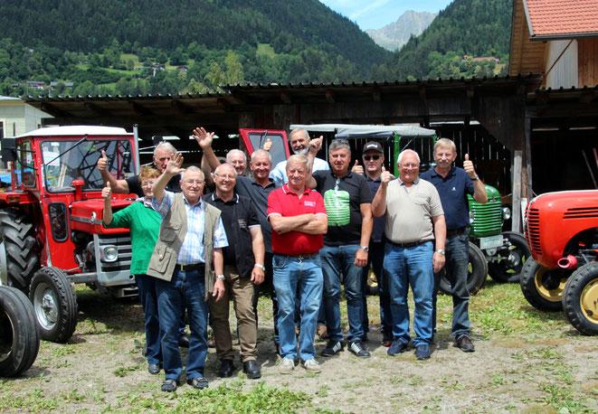 """die steir. Oldtimer-Freaks mit Museumsinhaber """"Traktor Franz"""" in der Mitte"""