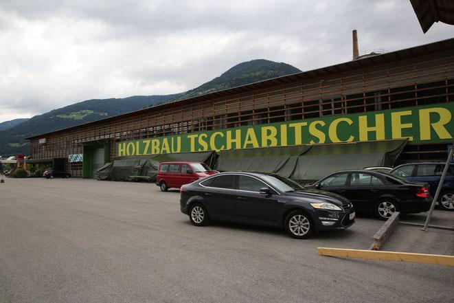 ein riesiger Gebäudekomplex mit Geschäften, Fitnesscenter u. Polizei-Inspektion ist der Firmenstandort im Gewerbepark Oberes Drautal