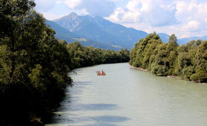 das erste Floß in Sichtweite (Greifenburger Flößer) - Aufnahme von der Radlacher Brücke