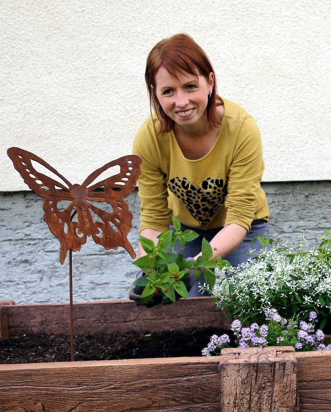 Birgit beim Bepflanzen eines Hochbeetes