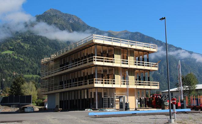 das Bürogebäude fügt sich prächtig in die Landschaft ein