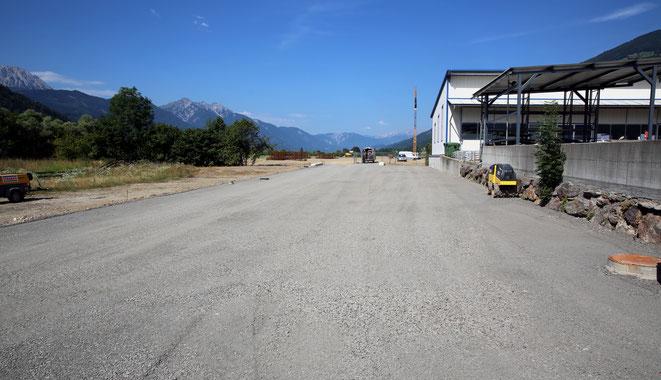 die Zufahrtstraße unterhalb vom Pirker-Bauhof ist bis auf den Asphalt fertig