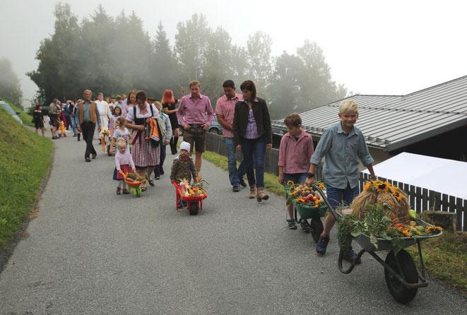 die Kinder mit ihren liebevoll hergerichteten Schubkarren waren einfach ein wunderschöner Anblick