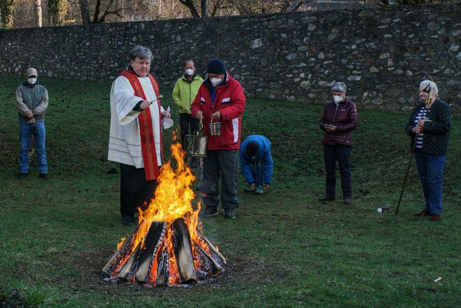 Pfarrer Franz Medryk segnet das Osterfeuer