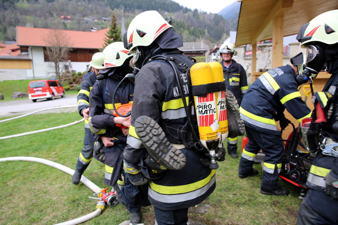 Personen wurden aus dem verrauchten Gebäude geborgen