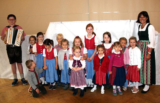 die Kindervolkstanzgruppe mit Betreuerin Maria Linder u. Harmonispieler Andreas Trupp