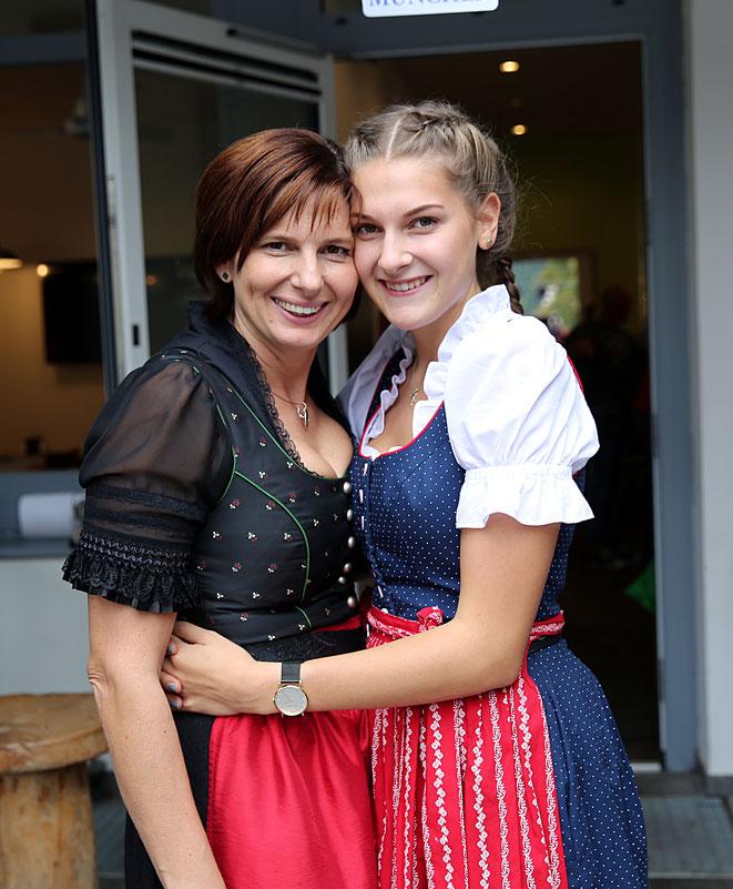 """Ladele"" - Chefin mit Tochter Amelie"