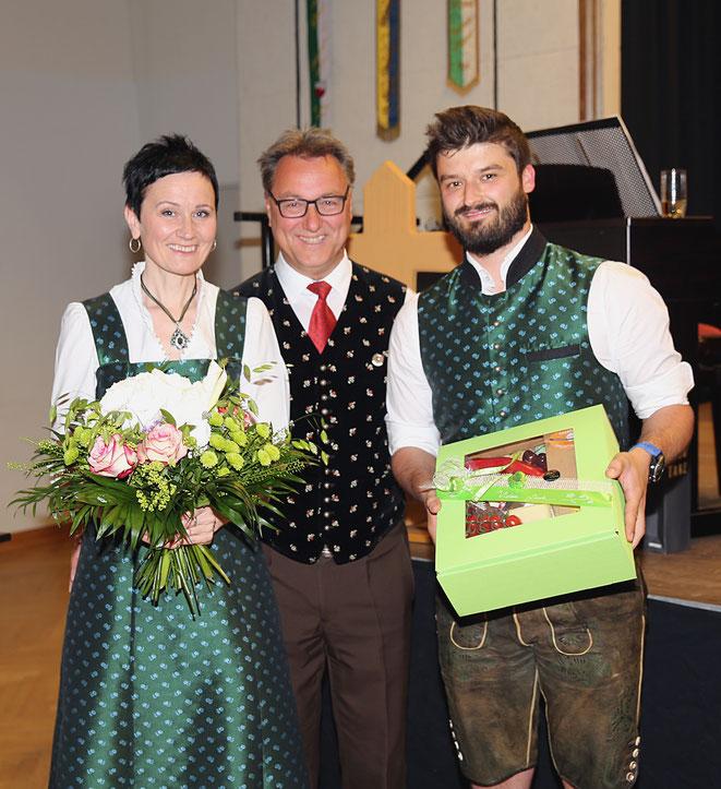 kleines Präsent für Chorleiterin Ingrid Nußbaumer u. Obmann Fabian Brandner von Reinhold Niescher (Mitte)