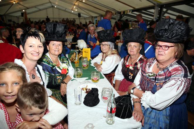 Fahnenpatin Conny Gigler mit den Straßburger Bänderhutfrauen