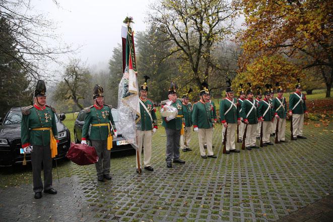 das Uniform. Schützenkorps war aufmarschiert um zu gratulieren
