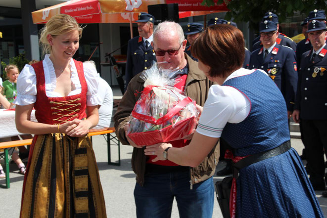 """Geschenkskorbüberreichung durch """"Ladele-Chefin"""" Margarethe Brandner u. Obfrau Alex Mandler"""