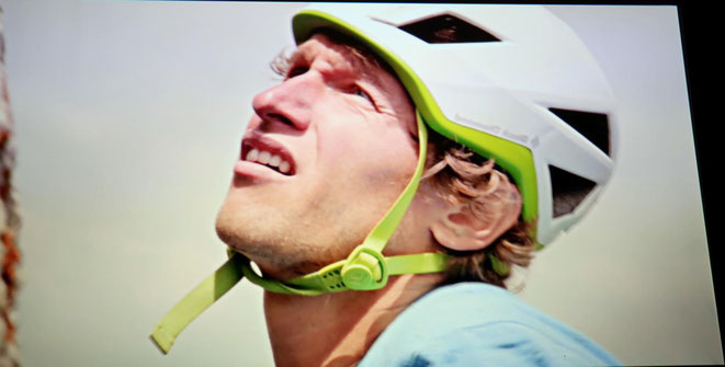 Rudi Hauser bei seinem Gewaltakt zwei 1000m hohe Wände (Hochkönig, Hochkogel) mit Schwierigkeitsgrade bis VII, solo und ohne Seil, dazwischen eine Strecke von 21 km teils zu Fuß, teils per Rad zu bewältigen, in unglaublichen 11 Std und 30 Min zu schaffen