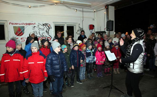 die Schüler der EVS Steinfeld trugen Weihnachtslieder vor