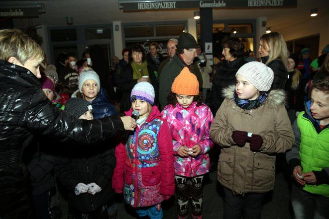 die Kinder erfreuten das Publikum mit weihnachtlichen Sprüchen