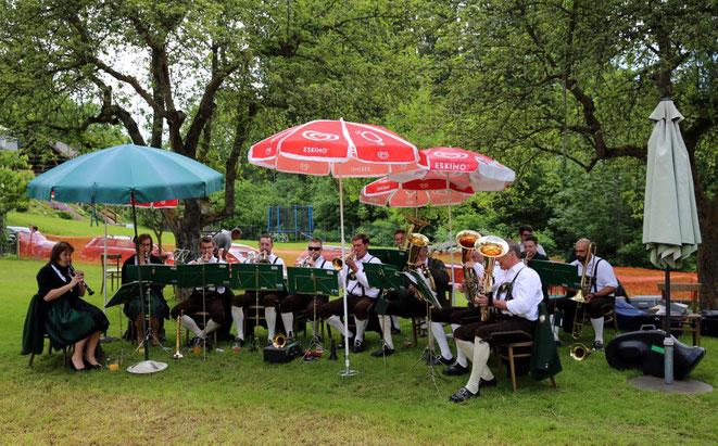 MusikerInnen der Trachtenkapelle Lind spielten zum Frühschoppen auf
