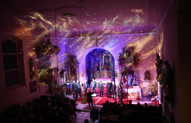 stimmungsvolle Visionen projektierte Georg Stampfer an die Kirchenwände