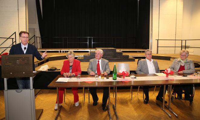 Bürgermeister Ewald Tschabitscher berichtete u.a. auch über die Tätigkeiten der Gemeinde in den letzten Jahren