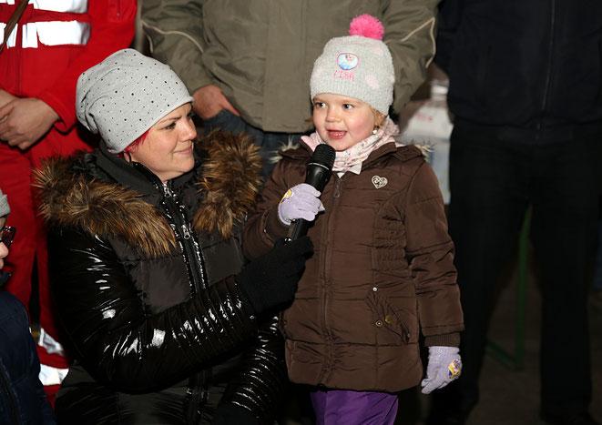 """Lilly Kolbitsch, hier mit ihrer Mama, sang liebevoll """"O,Tannenbaum..."""""""