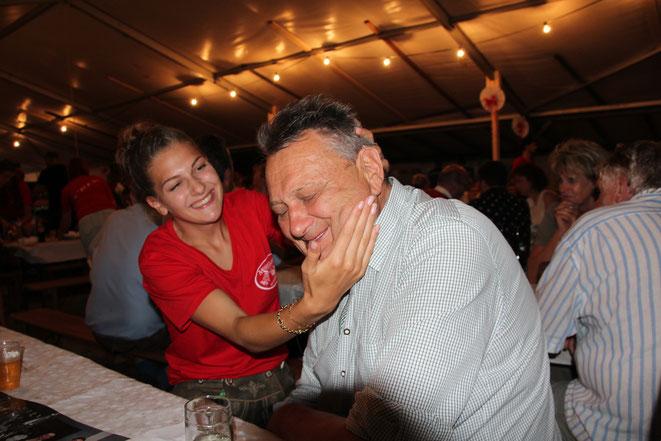 Enkelin Amelie mit ihrem Opa Gustl Gigler vlg. Marosch - ob er wohl ein Tänzchen wagt ?