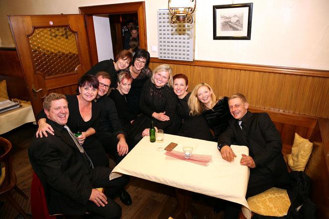 """das Ensemble Chor.Netto mit """"Gastsängerin"""" Margarethe (Ladele-Chefin)"""