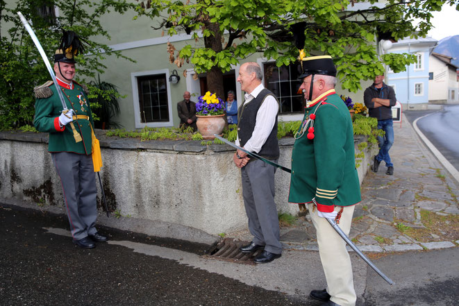 Hauptmann Franz Kramaritsch gratuliert und bittet um den Abschuss einer Ehrensalve