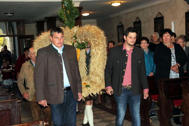 die Jungbauern beim Einzug in die Kirche