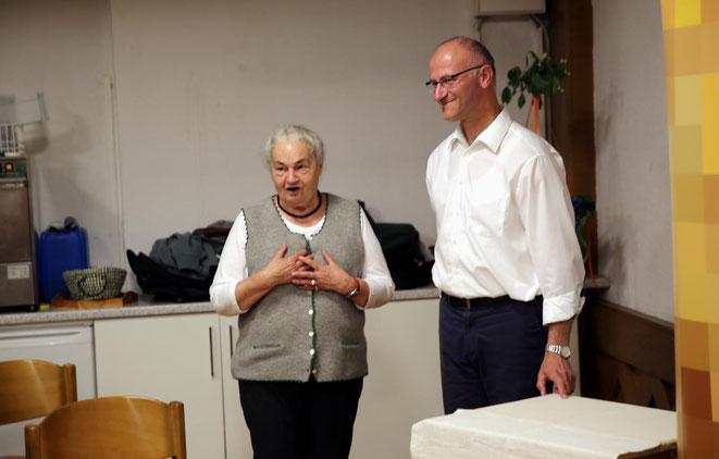 Obfrau des PGR Steinfeld Annemarie Haring mit Darsteller Pfarrer Janko Krist
