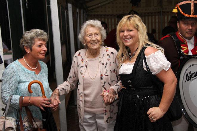 die rüstige Fahnenmutter Gundula Holbrook (im 103. Lebensjahr !!) mit Fahnenpatin Christiane Tschabitscher- rechts