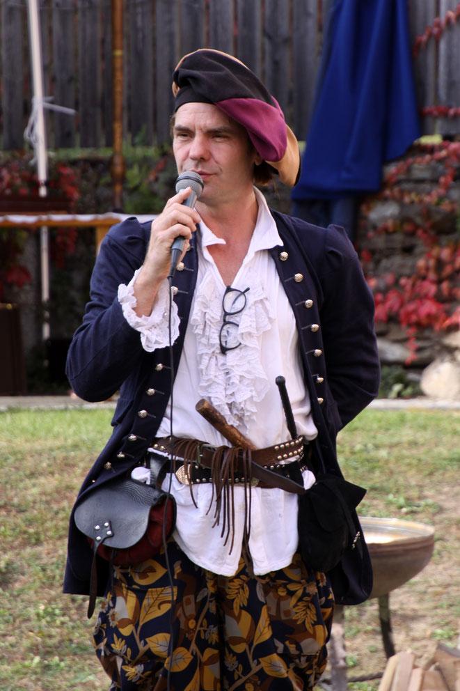 Martin Schinagl begeisterte das Publikum mit seinem spontanen Schmäh und mit einem Ritterspiel, das die Lachmuskeln der Besucher fortwährend strapazierte