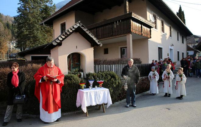 Pfarrer Franz Medryk hielt vor dem Umzug eine Andacht und weihte die Palmzweige