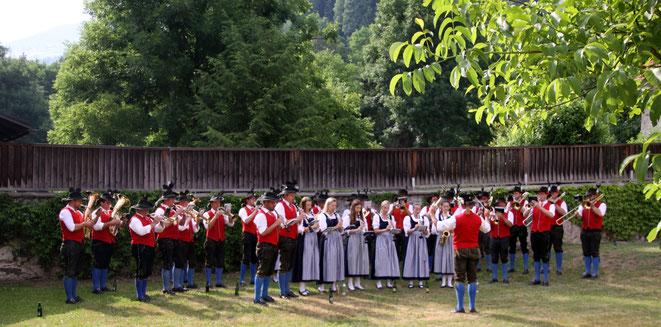 """bei der Hitze mussten die Musiker im Jordanhof schon """"a bisl wos"""" aushalten"""