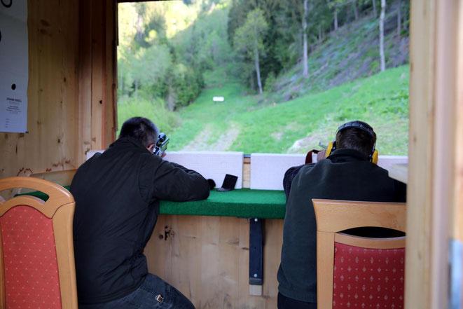 auf Zielscheiben in 100 Metern Entfernung wurde geschossen