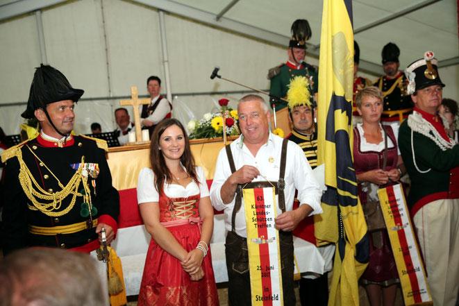 die Fahnenpatinnen Klarissa Oberlojer u. Helene Kolbitsch bei der Fahnenbänderübergabe