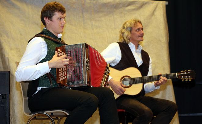 Walter Unterpirker jun. mit Franz Unterpirker begleiteten die Sänger