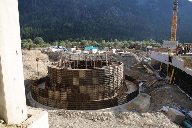 der außerhalb der Halle gelegene Sprinklertank  (740 m3)