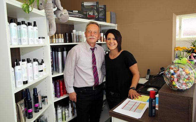 """wenn das kein gutes Gespann ist ? - Salon-Chefin Sandra mit """"Friseur Heinz"""", Pensionist in spe !"""