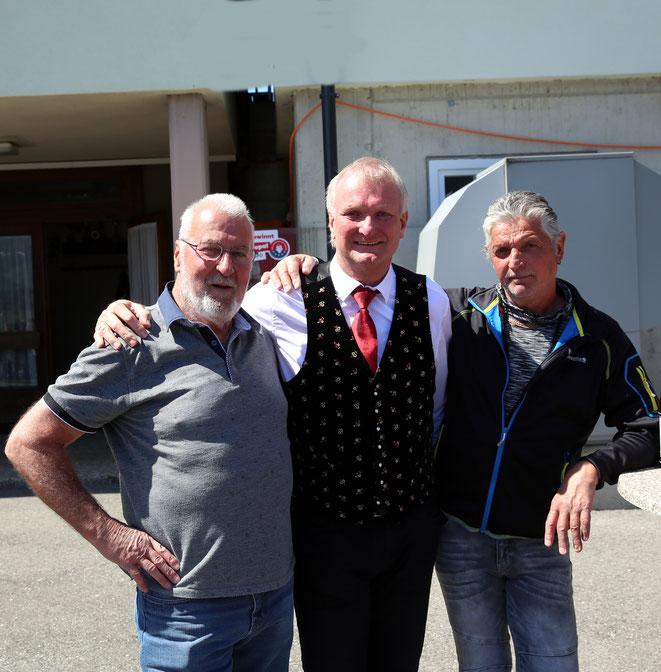 sie lieferten sich harte Kämpfe - die ehem. Fußballer Gerhard Egger und Wolfram Waltl (SG Steinfeld) mit Bundesrat Günther Novak (SV Mallnitz)