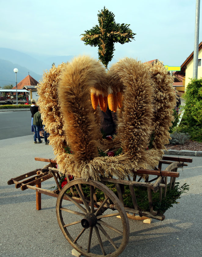 die prächtige Erntedank-Krone wurde diesmal von den Hinterradlacher Bauern präsentiert