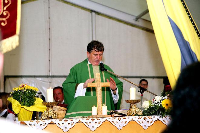 Pfarrer Franz Medryk zelebrierte die Festmesse