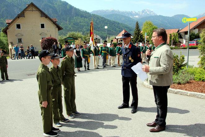 Angelobung zum Jugendfeuerwehrmann durch Bgm. Tschabitscher u. FF Komandant Mayer