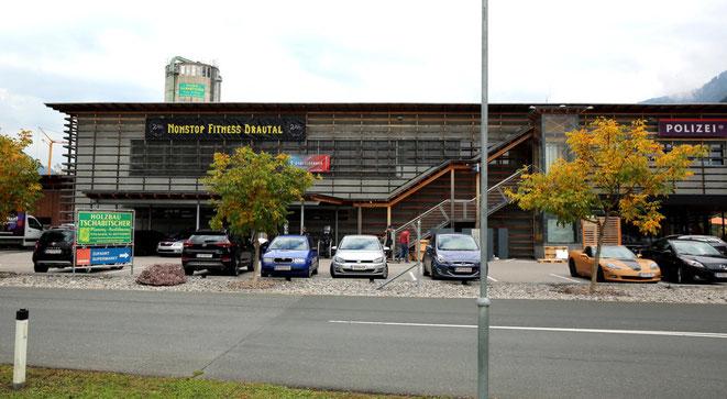 das Fitnesscenter befindet sich im oberen Stockwerk links neben der Polizeidienststelle und ist über die außenseitige Stiege bzw. mit dem Lift zugänglich