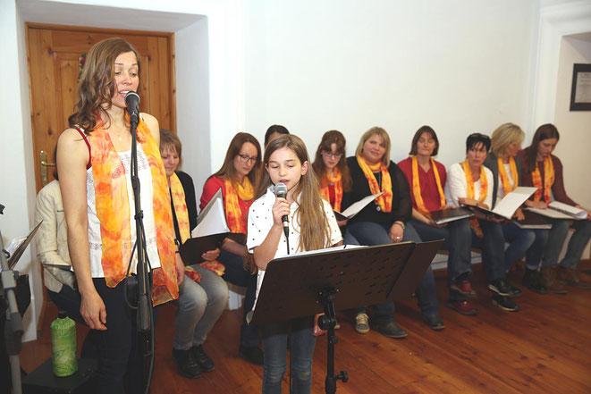mit einer hervorragenden Stimme ausgestattet ist Chorleiterin Birgit, hier mit Tochter Mia