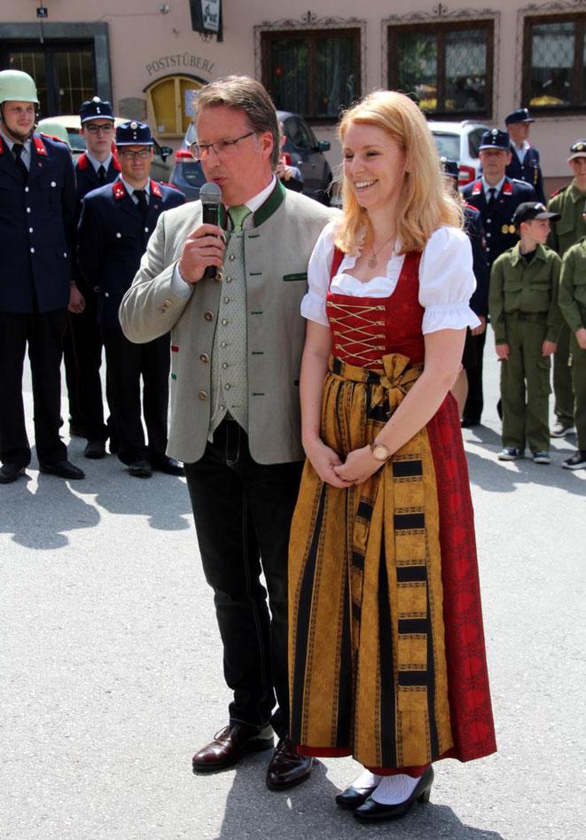 die zukünftige Amtsleiterin der Marktgemeinde Steinfeld, Lisa Possegger, wird von Bgm. E. Tschabitscher der Bevölkerung vorgestellt          T