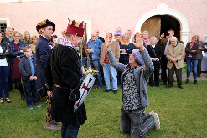 unterwürfig kniet der Hofnarr (Vzbgm. Walter Widemair) vor seinem König (Vzbgm Josef Lerchster)