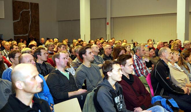 das zahlreich erschienene Publikum verfolgt mit großem Interesse den Vortrag