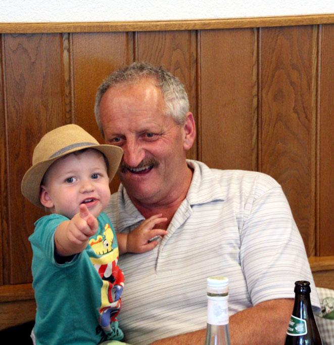 der Jubilar mit seinem Enkerl Phillip