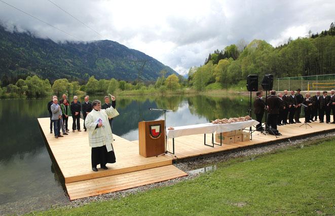 Pfarrer Franz Medryk segnet die Anlage